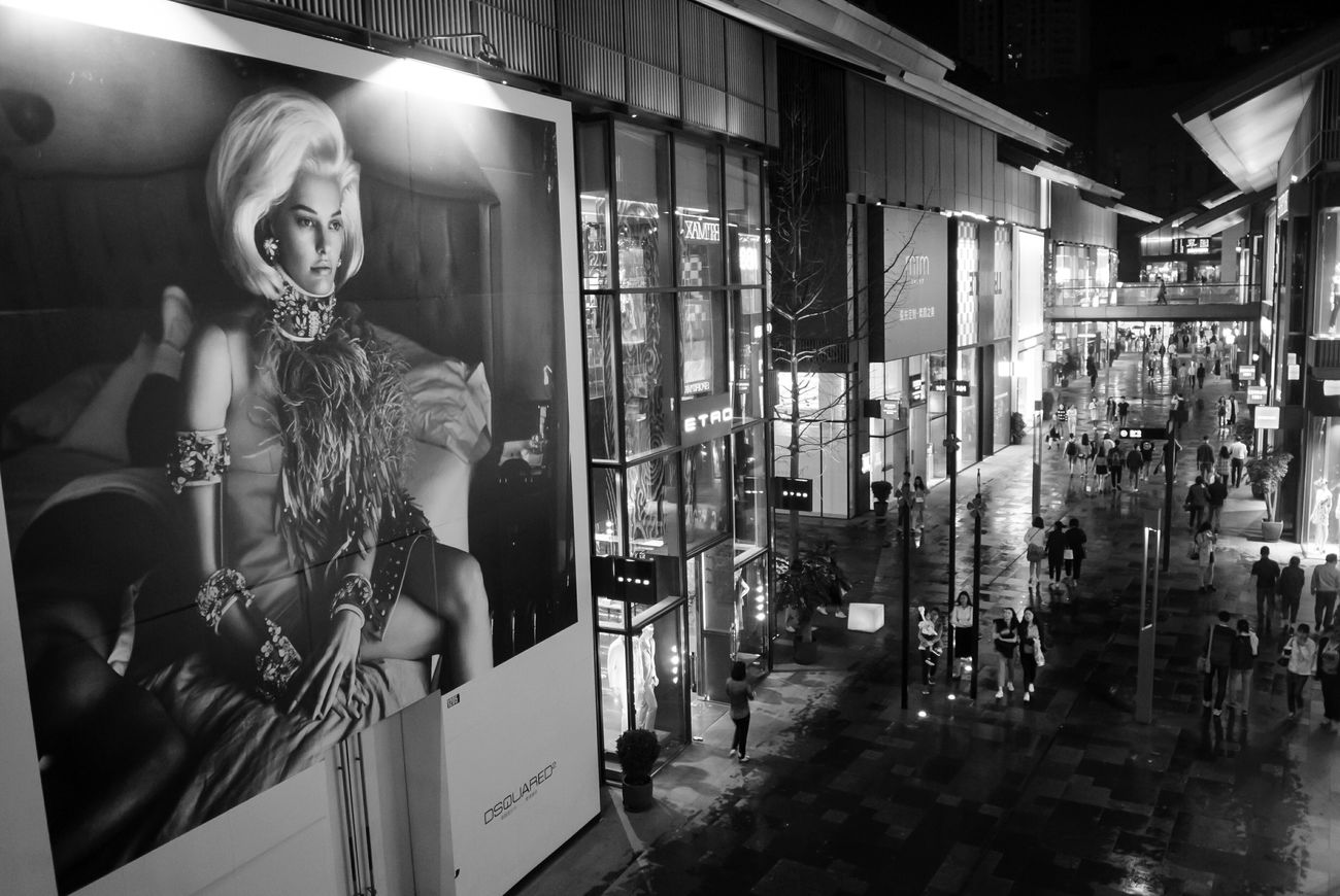Lightroom Cc Black And White Light And Shadow Streetphotography City Life Cityscapes Nightphotography Night Of City Citys At Night Fasion Show Fasion