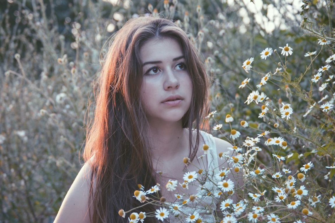 One Woman Only Only Women Long Hair Teenager Portrait Flower Young Adult Beauty Nature Teenage Girls One Person Field Outdoors One Teenage Girl Only Headshot Beautiful Woman Freckle Day People Young Women Close-up Adult Girl Looking At Camera Beginnerphotographer Uniqueness