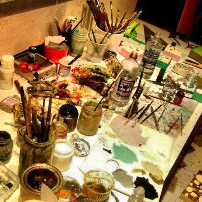 Hoy me he venido al estudio de un amigo pintor. Lo que mas me ha llamado la atención es el caos controlado de sus pinturas y pinceles.