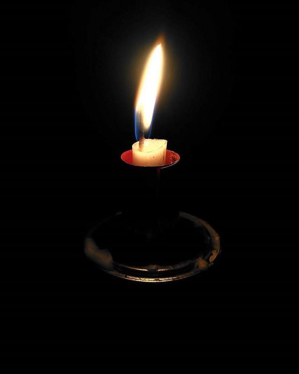 Cahaya ku tak seperti bulan Kilaunya tak seperti bintang Disaat bulan dan bintang tenggelam dalam kabut Cahaya ku masih mampu berpijar Walau begitu redup Cinta dan tulus ku Laksana lilin kecil Yang menyinari tanpa mengharap sebuah balasan Yang terbakar hingga habis dengan sendirinya Tulus, pegangan hidupku. Quote Lilin Katabijak Katamutiara