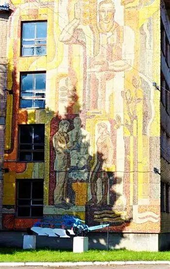 Советский витраж на стене дома Синьково мозаика СоветскийАрт панно