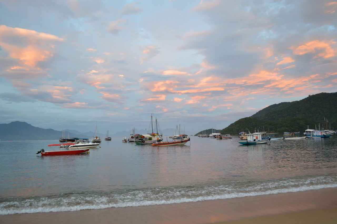 fim de tarde de dezembro na Vila do Abraao - Ilha Grande -Angra dos Reis - Rio de Janeiro - Brasil . depois de um passeio de barco Pastel Power EyeEm Best Shots - Nature EyeEm Nature Lover EyeEm Best Shots - Landscape Brazil Natural Beauty Riodejaneiroeuteamo Brazil Eyeemphotography Sunset Sky And Clouds Sky And Sea Seascape Seashore Sunset And Clouds  Ilhagrande Angradosreis Riodejaneiro Brazil Boats And Clouds Pmg_jan