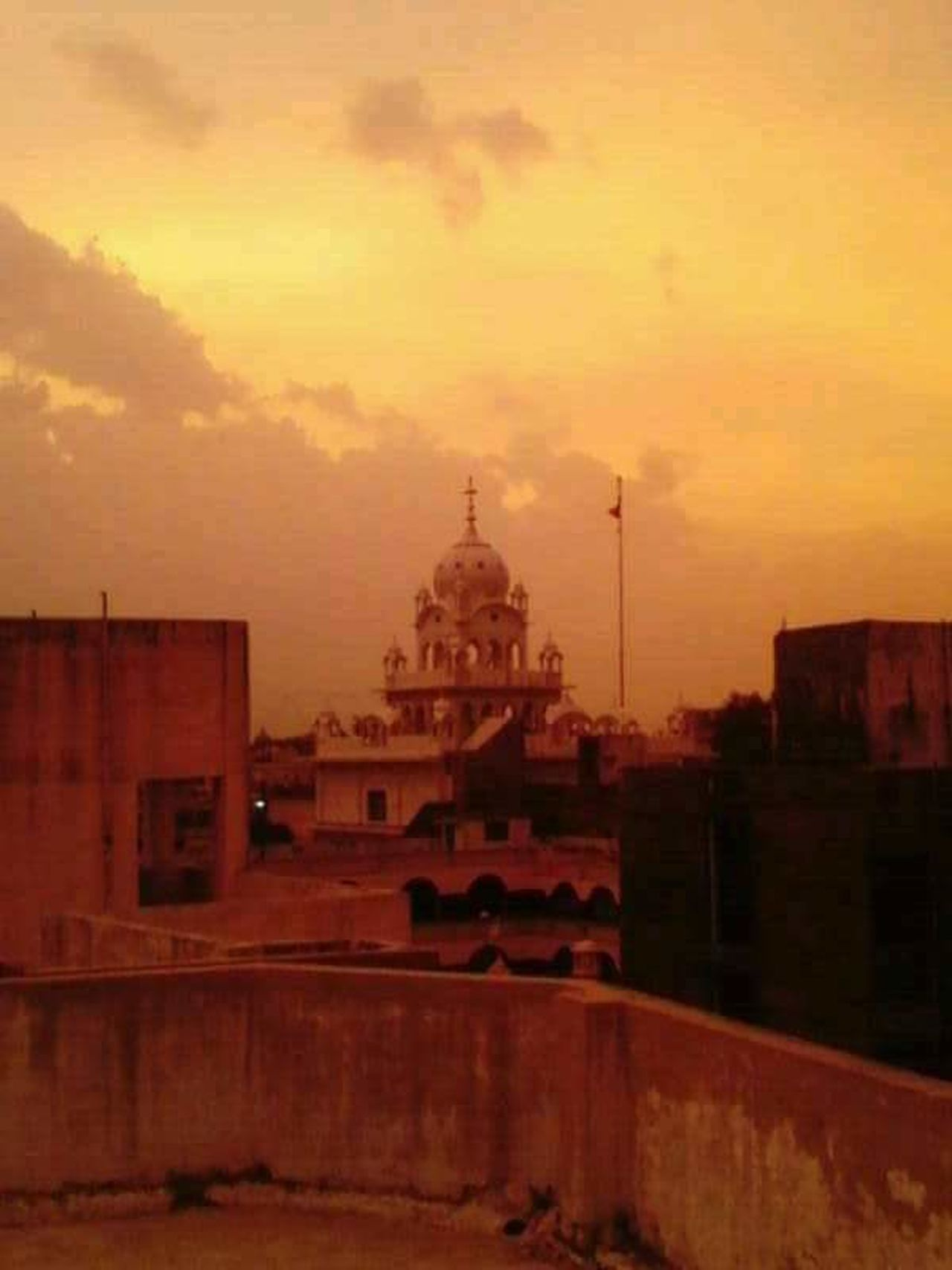 View From My Terrace Gurudwara Vadodara Khanderao Market Myhometown Missing My Hometown Lowlightphotography Saffron Rang Diya Mujhe Gerua...<3