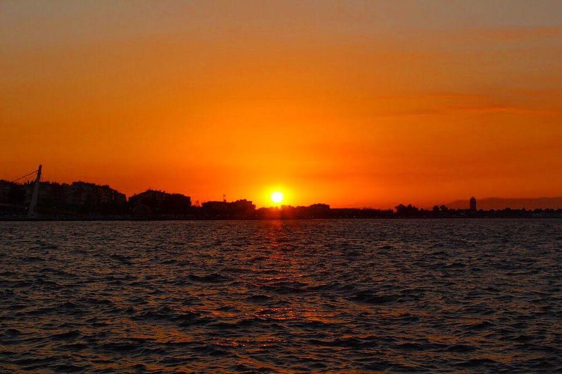 Objektifime yansıyan eşsiz bir gün batımı 🌅📸📸 Sunset Nature Kendiçekimimden Photography Objektifimden Objektifimdenyansiyanlar Izmir Göztepe Izmirdeyasam Anıyakala Canonphoto Orange Color Sun
