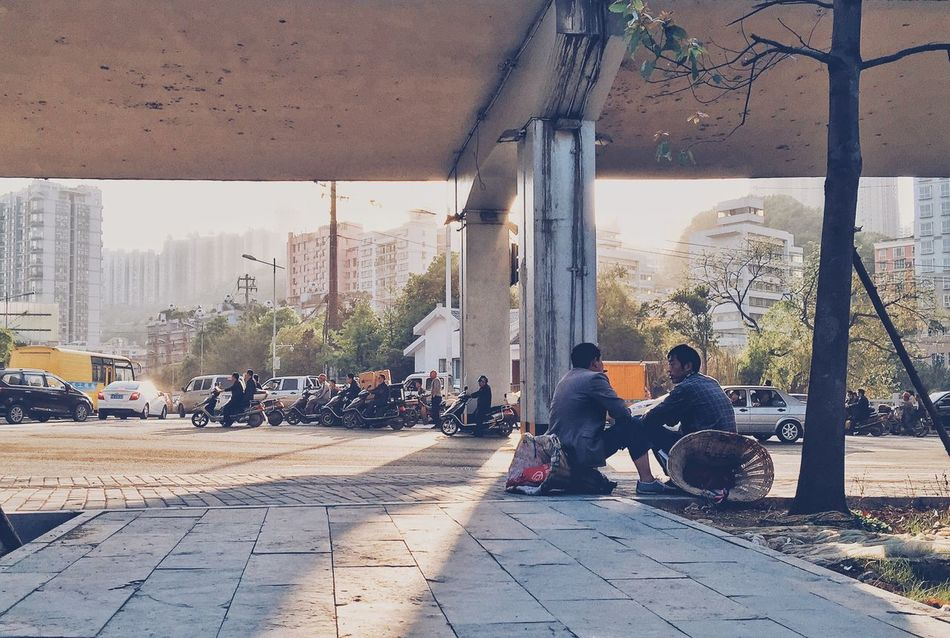 Streetphotography Light And Shadow Discover Your City EyeEm China Sunset Asian Culture Sad Relaxing Enjoying Life 背篼