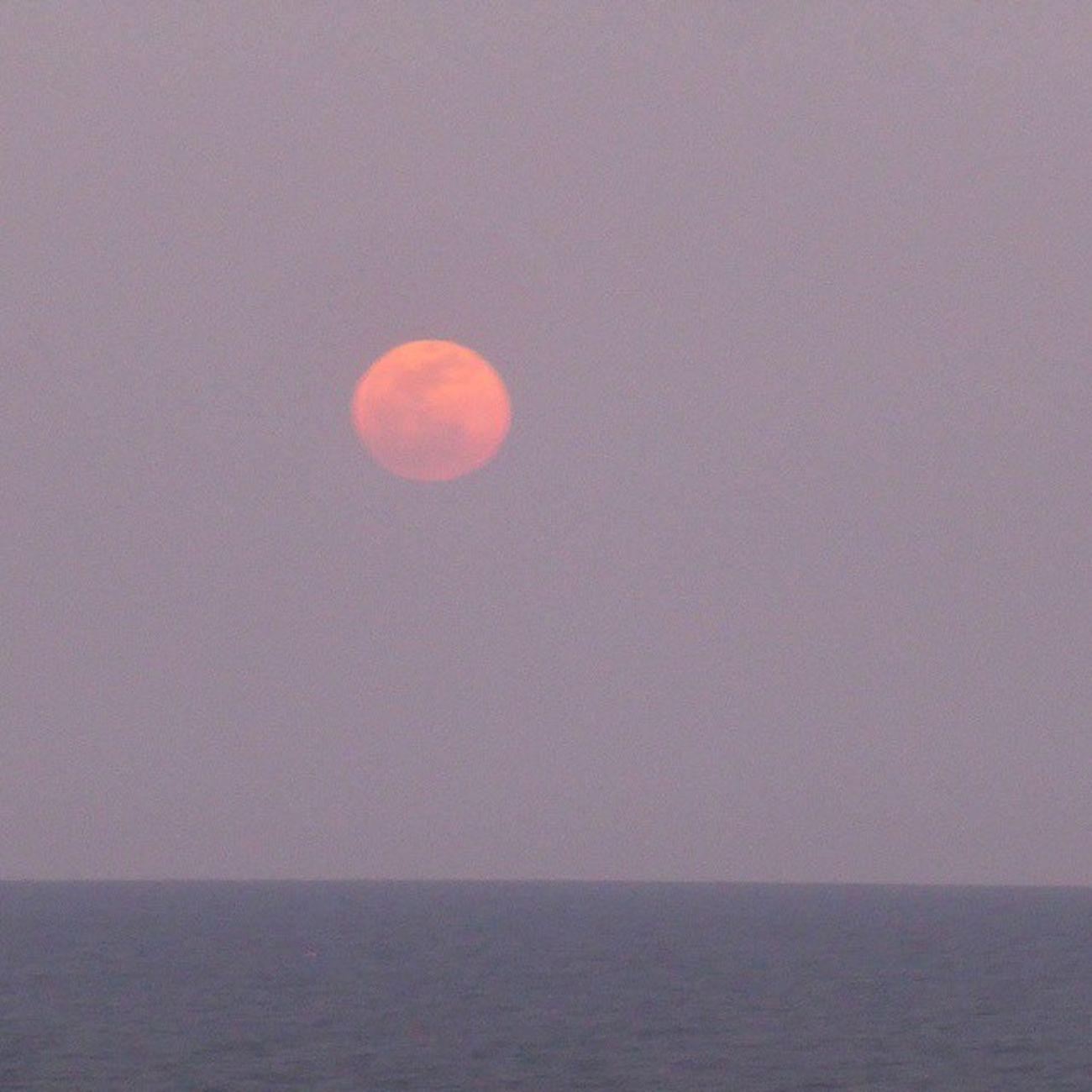Luna de Abril, mirando al mar...Skylovers Lunalunera Vilanova Moon