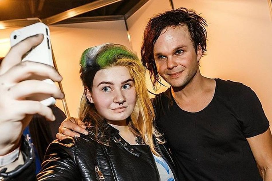 - How are you? - I'm happy. ...and maybe I'm crazy, but at least I'm still around. Yeah. 🎶 Greenfest  Greenfest23 Therasmus Meet MeetAndGreet Music Rock Selfie Fan Piercing Temple Hair Fav