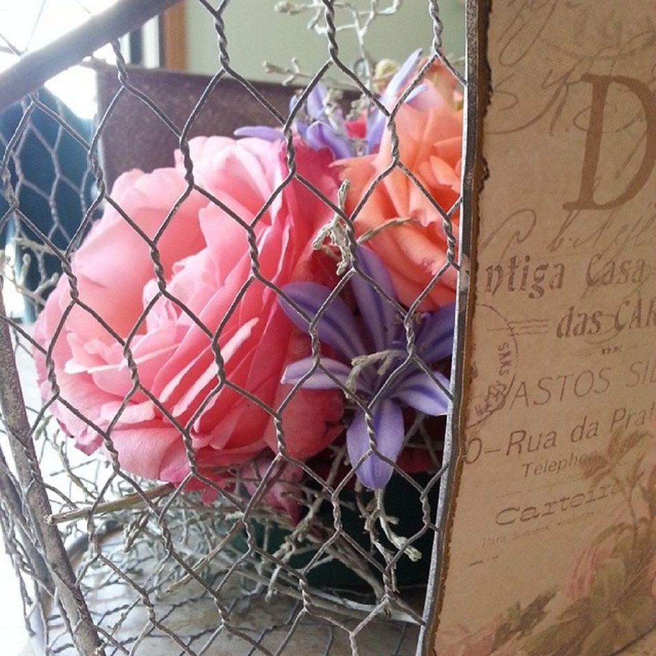 Absolutely boho-chic. Flores Aleafloristerias Flowers Alea Rosas Roses Caleocephalus Vintage Agapanthus BLE Metal Basket Bohochic Romantic