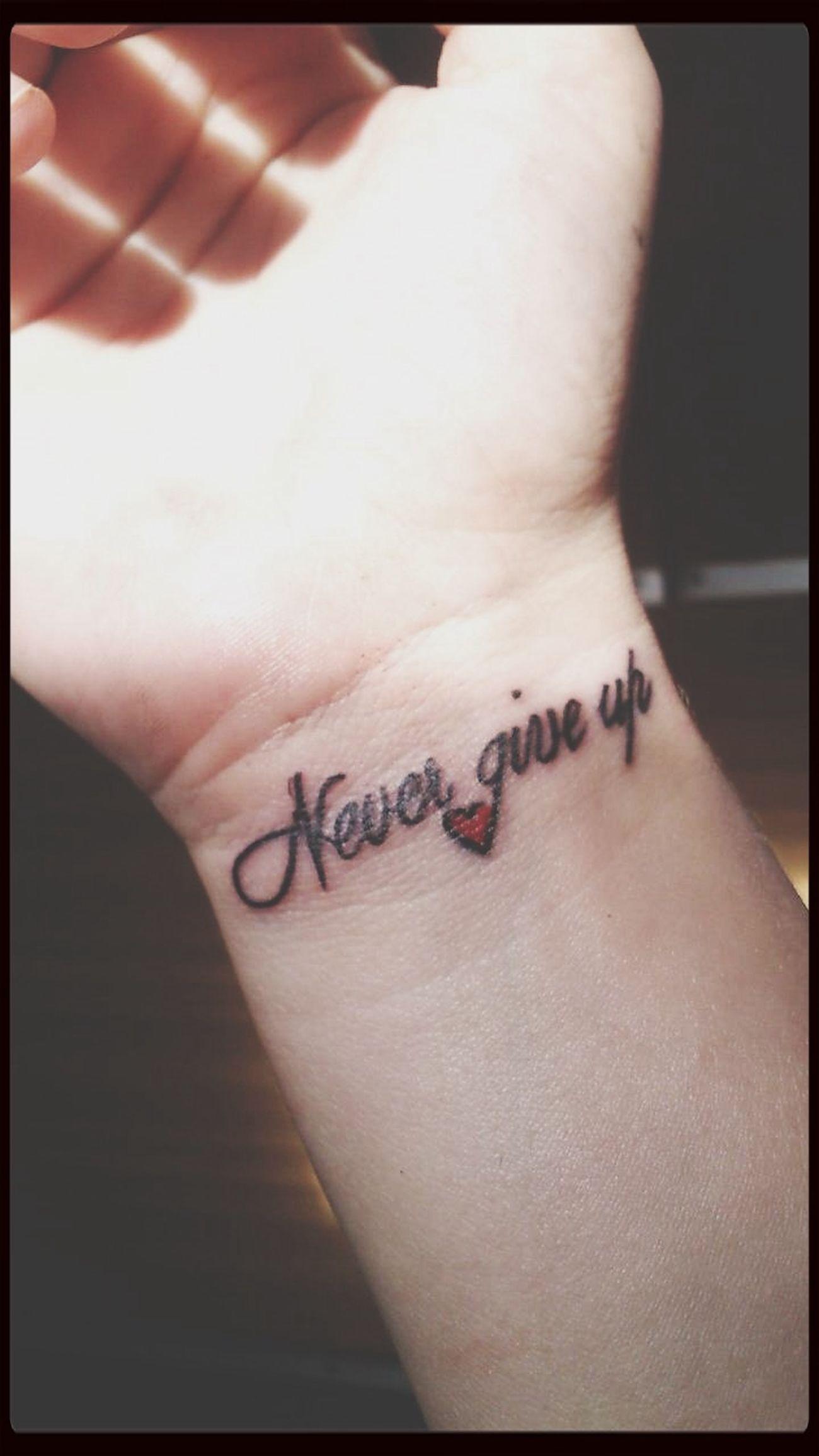 Tatuaż never Give up Nadgarstek