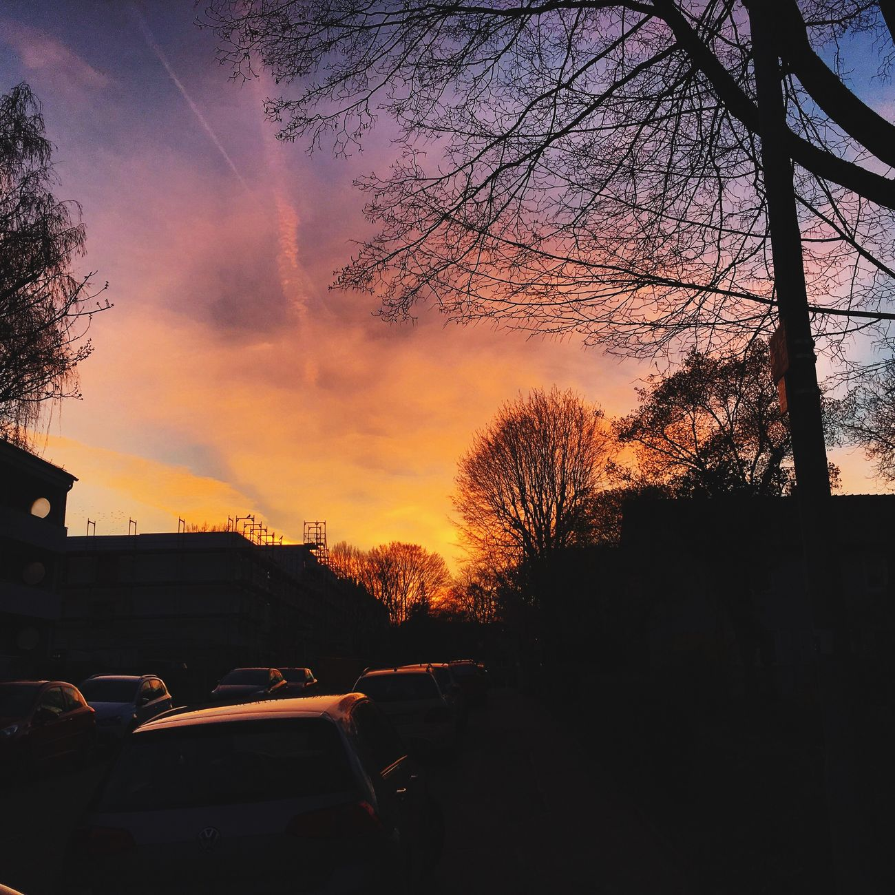 Sonnenuntergang bei uns im Viertel Sunset Car Tree Transportation Land Vehicle Sky Mode Of Transport No People Silhouette Building Exterior Car Roof Outdoors Architecture Nature Day