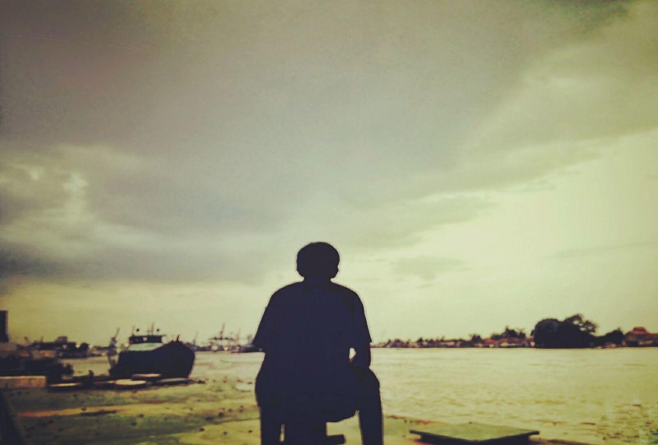 River of Indonesia Sunset Sunset Silhouettes Sunsetphotographs Photograph Skylovers Photooftheday Riverside Photography River One Person Wonderfulindonesia Sumatera Island Palembang Sungaimusi Relaxing Moments Sunsetreflections