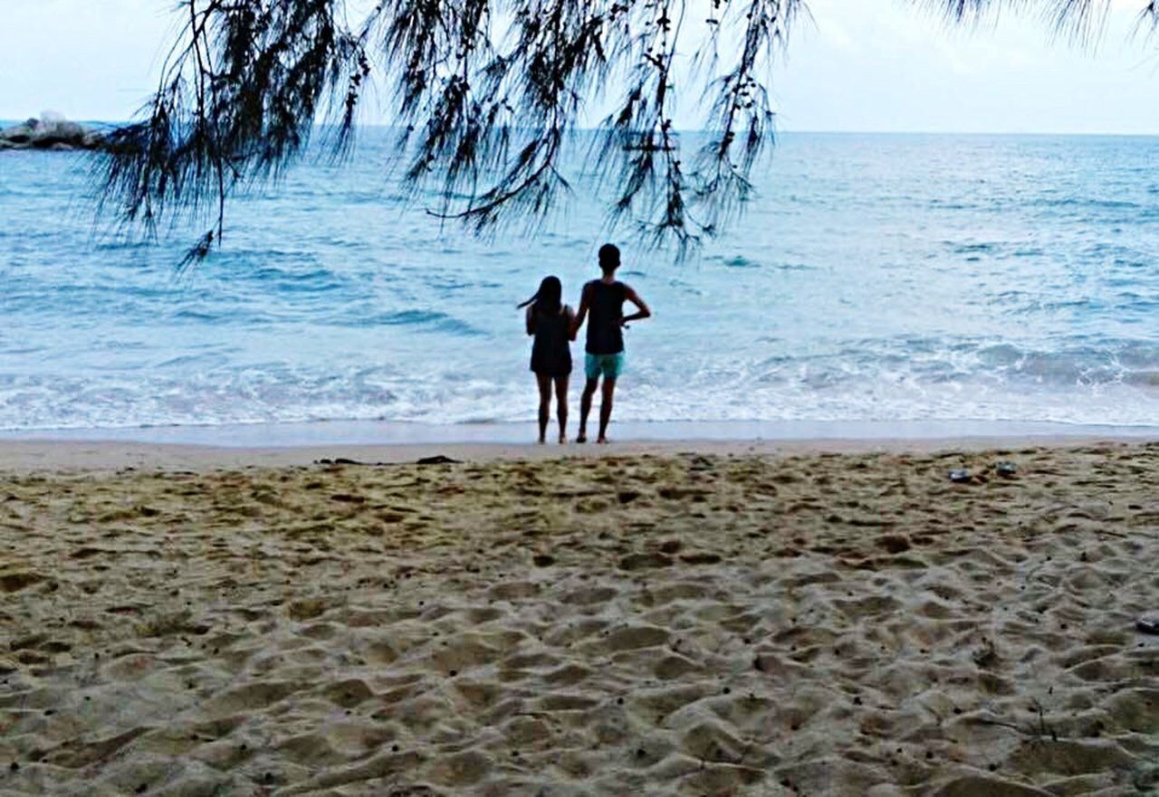 sea, beach, nature, horizon over water, water, beauty in nature, togetherness, two people, scenics, day, sand, vacations, outdoors, real people, men, full length, wave, sky, people