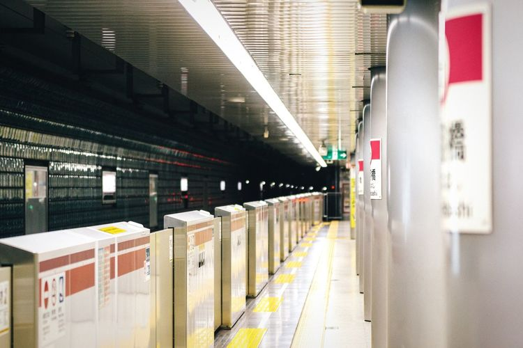 Next train coming Open Edit No People Platform Public Transportation My Favorite Photo Tokyo,Japan Tokyo Japan Rail Transportation Subway Subway Station Tokyo Metro Underground Underground Station  Railroad Track Vanishing Point Diminishing Perspective Waiting For A Train Waiting Architectural Column Subway Platform Modern City Life Cityscapes Urban Lifestyle