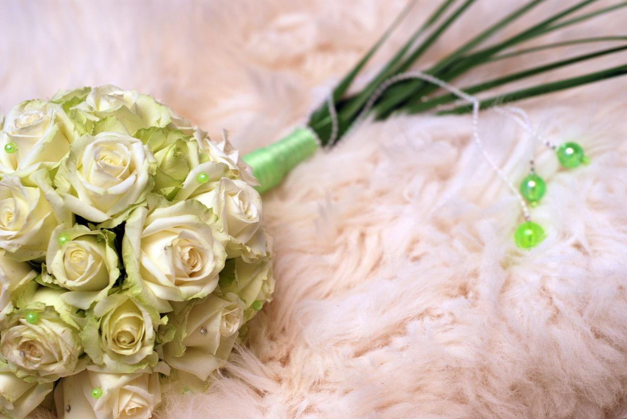 wedding, flower, rose - flower, celebration, bouquet, indoors, bride, celebration event, white color, close-up, life events, ribbon - sewing item, wedding dress, fragility, freshness, day