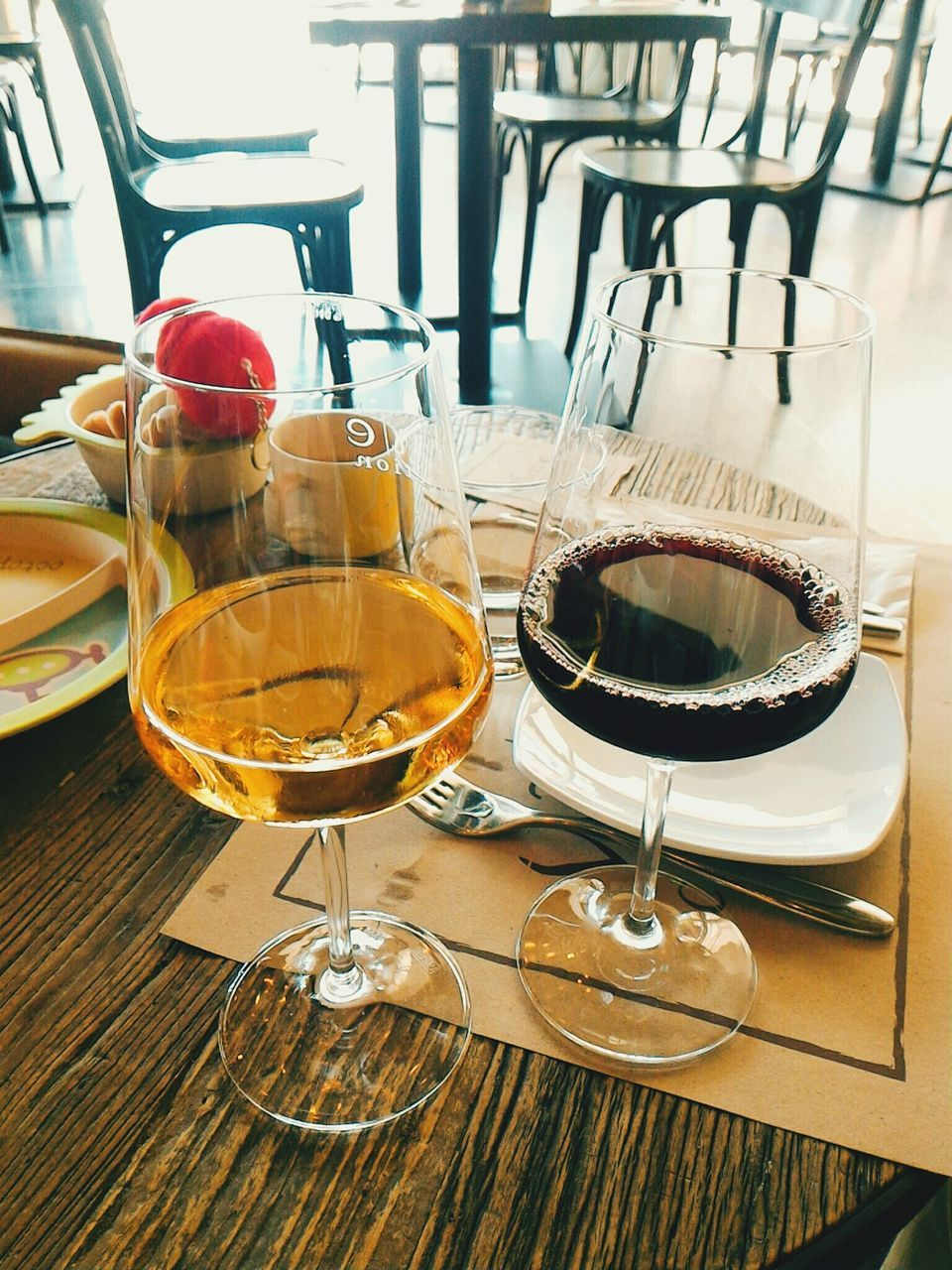 wineglass, table, drinking glass, indoors, wine, food and drink, drink, no people, refreshment, plate, close-up, place setting, alcohol, day, freshness