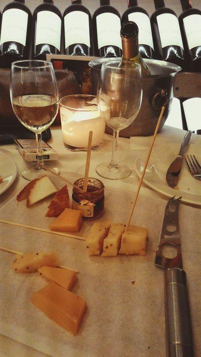 Wine Wineandcheese Cheese oyle guzel guluyordu ki kelebeklerin bile omrunu uzatir