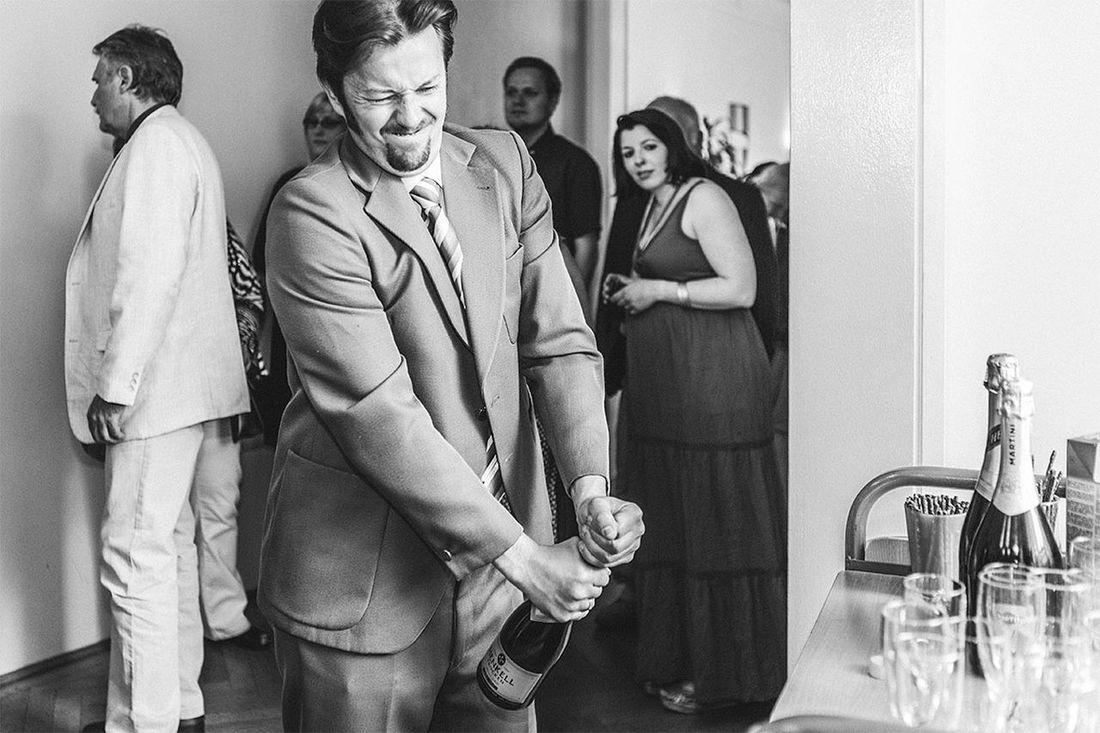 Bottle Battle Flasche Kampf Widerspenstig Standesamt  Schlesingerplatz Josefstadt Wien Vienna Österreich Austria Ultralicht Ultralicht Fotografie Hochzeitsfotograf Hochzeitsfotografie Hochzeit Wedding Wedding Photography