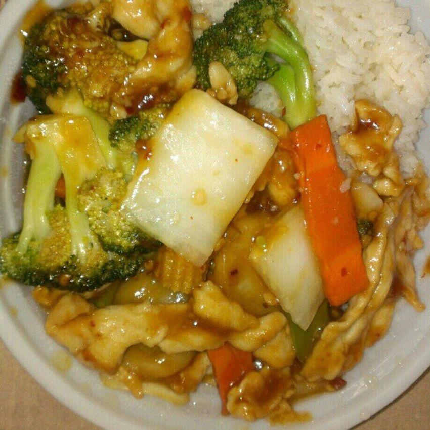 Lunch is finally here!!! Whitemeatchicken Stirfryveggies Whiterice Garlicsauce hotoil Chinese lash
