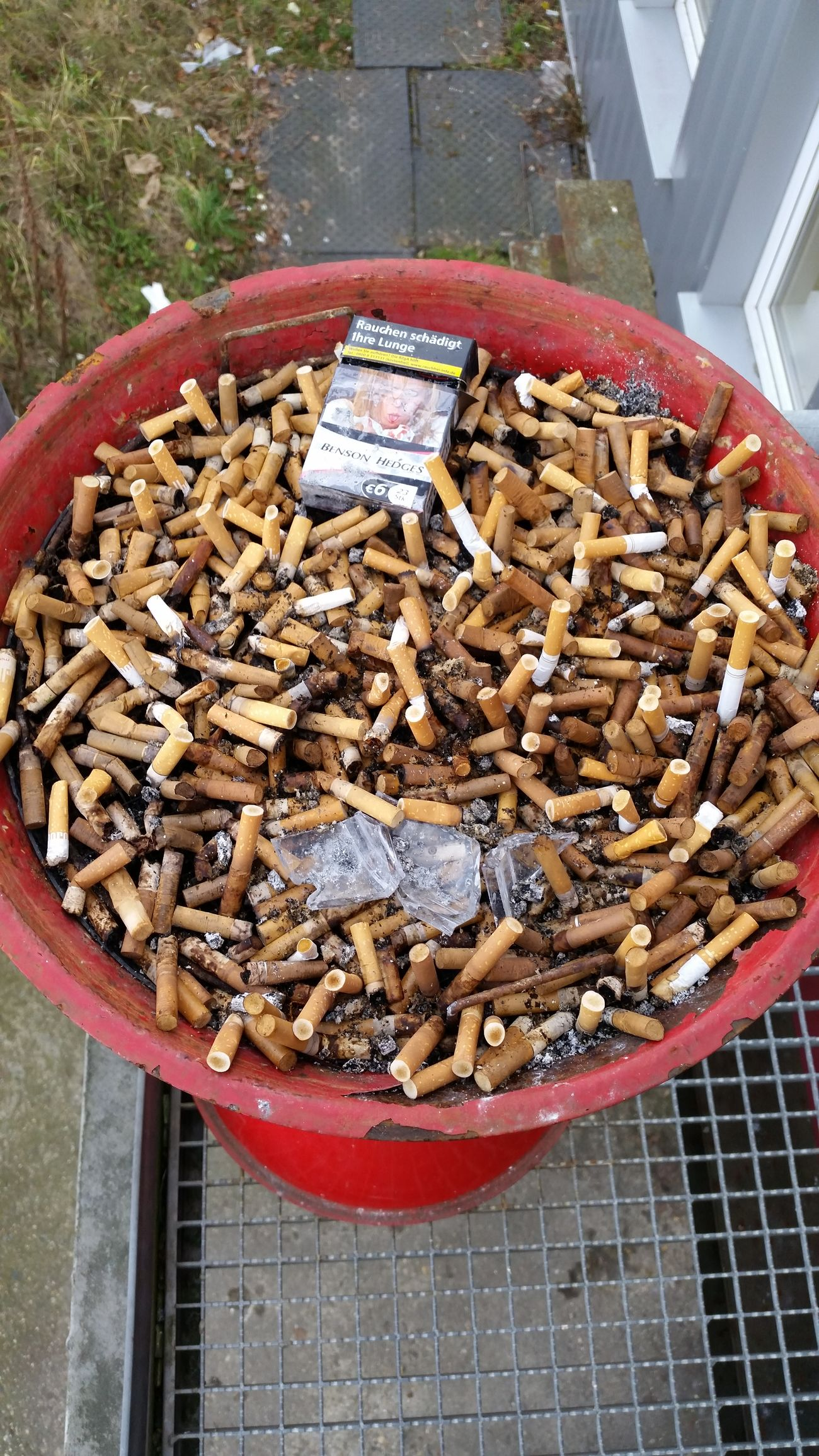 No smoke .... Aschenbecher Zigarettenstummel Pausenplatz Raucherecke Raucherzone Umweltverschmutzung