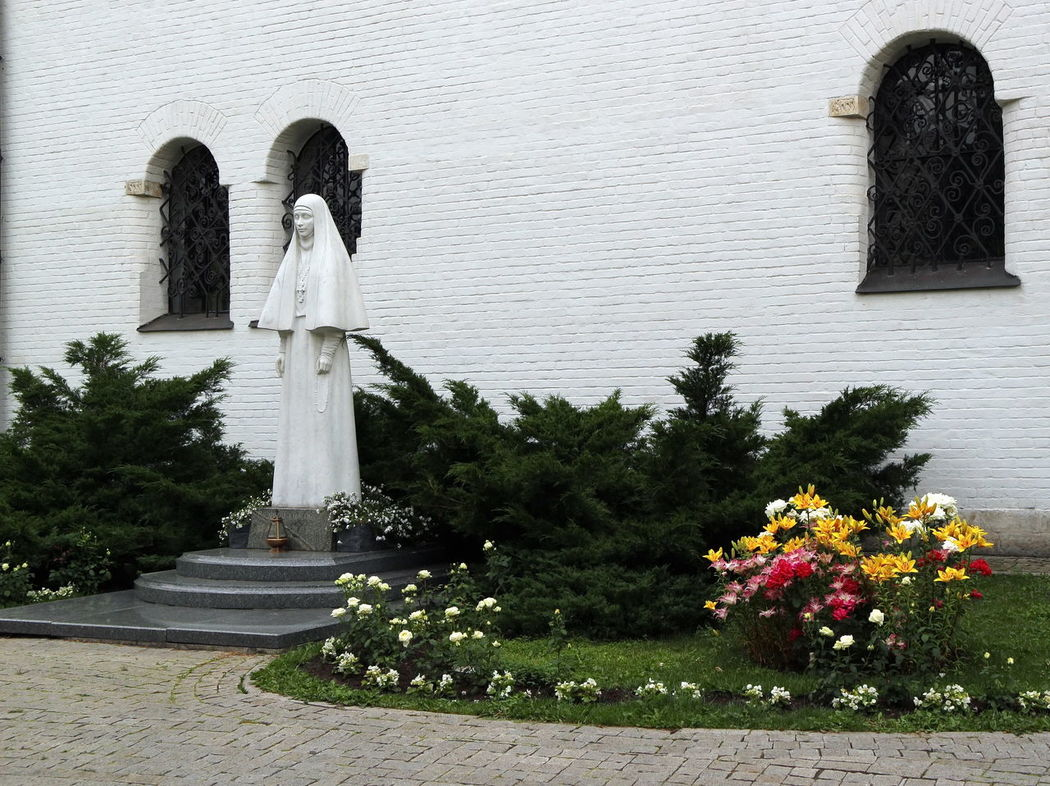 The convent of Martha and Mary (Marfo-Mariinsky), statue of the Princess and the famous saint Elizaveta Feodorovna Canonized Church Flower Moscow, Москва No People Romanov Dynasty Russia россия Russian Orthodoxy Statue