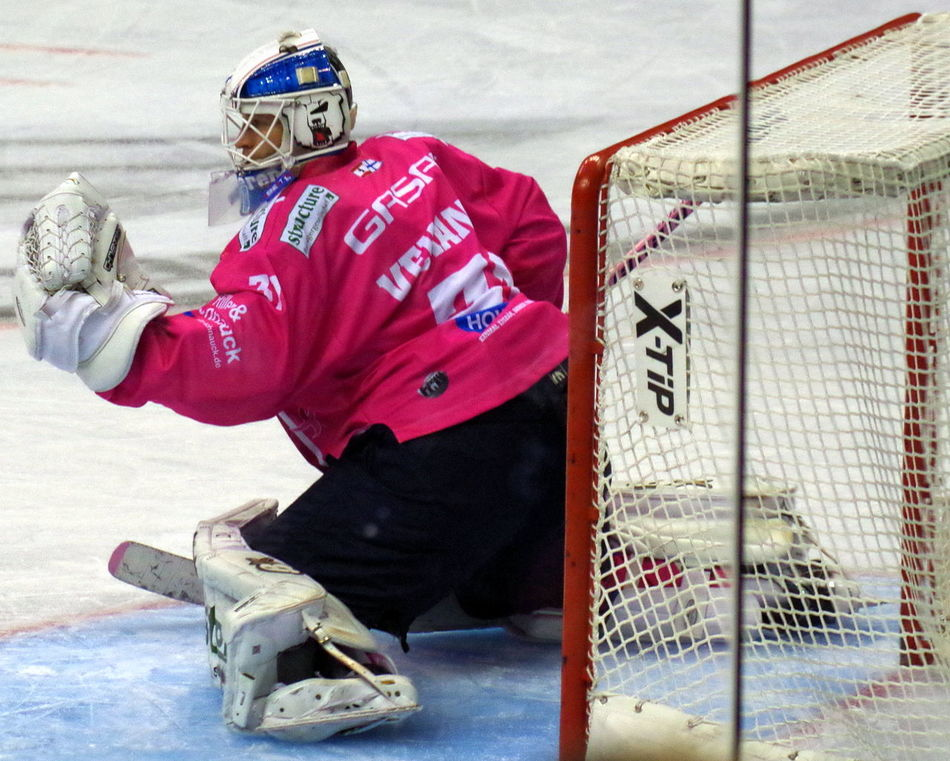 Eisbären Berlin ... PINK in the RINK ... Aktion gegen Brustkrebs Eisbären Berlin Eishockey Ice Ice Age Keeper Person Pink PINK Of The RINK The Color Of Sport Torwart