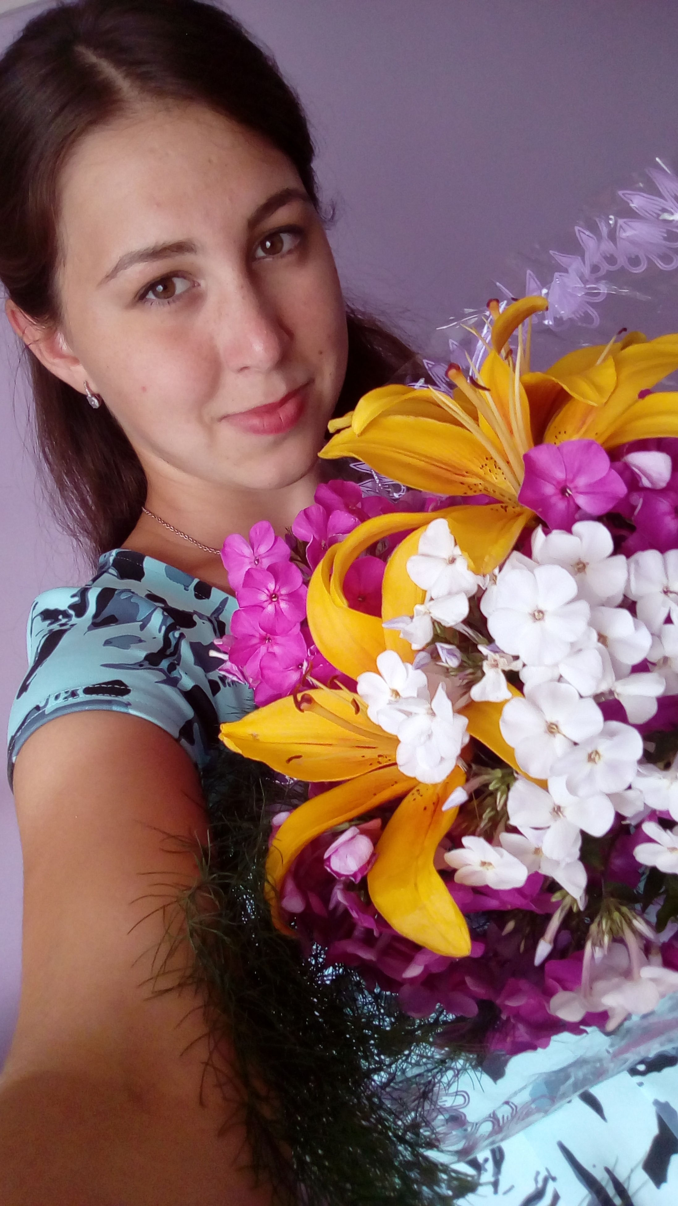 flower, looking at camera, portrait, one person, smiling, real people, young adult, lifestyles, happiness, beautiful woman, young women, bouquet, freshness, indoors, close-up, fragility, day, nature, flower head, florist