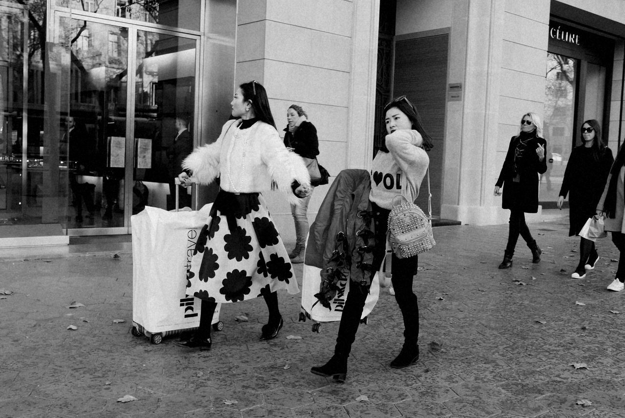 City People City Life Shopping Time Shopping Day Black And White Portrait Photograph Excellent_bnw Street Photography Capture The Moment Monocrome Photography Blackandwhite Photography Black & White Photography Blanco Y Negro Barcelona Streets