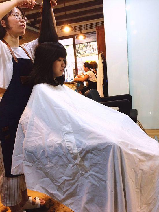 16.07.06 이묵화 今天超早就下班好爽,哈哈大笑,去找你,你要剪頭髮了,我先睡一下哈哈大笑,上班很累,每次來剪頭髮都已經有心理準備她會剪超級無敵久,就算是這樣,還是想來給她剪,因為太完美ㄌ,剪這麼久我還第一次認真看她剪,她真的很強,你剛剪完還戴安全帽,完全不能看,哈哈大笑,等我休息,陪我吃愛耳藍封鼠,然後就肥去ㄌ。