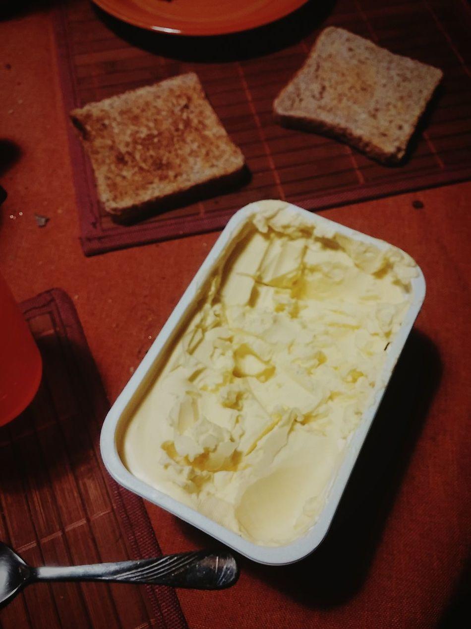 Der Sohn besteht jetzt darauf, das Messer selbst in die Hand zu nehmen. Margarinenschlachtfeld