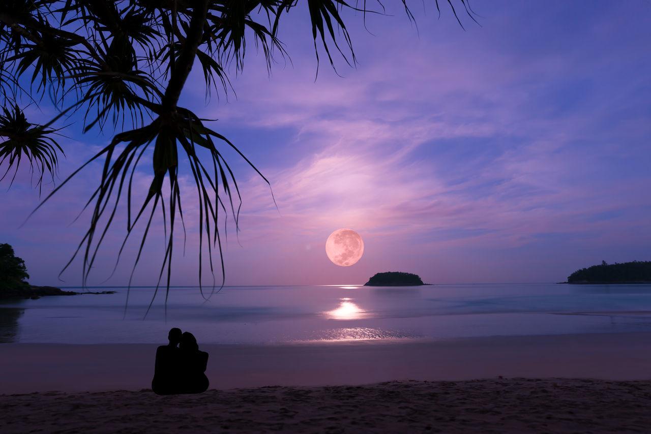 Romantic scene. Beach Couples❤❤❤ Fullmoon At The Sky Horizon Over Water Long Exposer Shot Moonlight ♥ Moonset Romantic Landscape Sand Sea