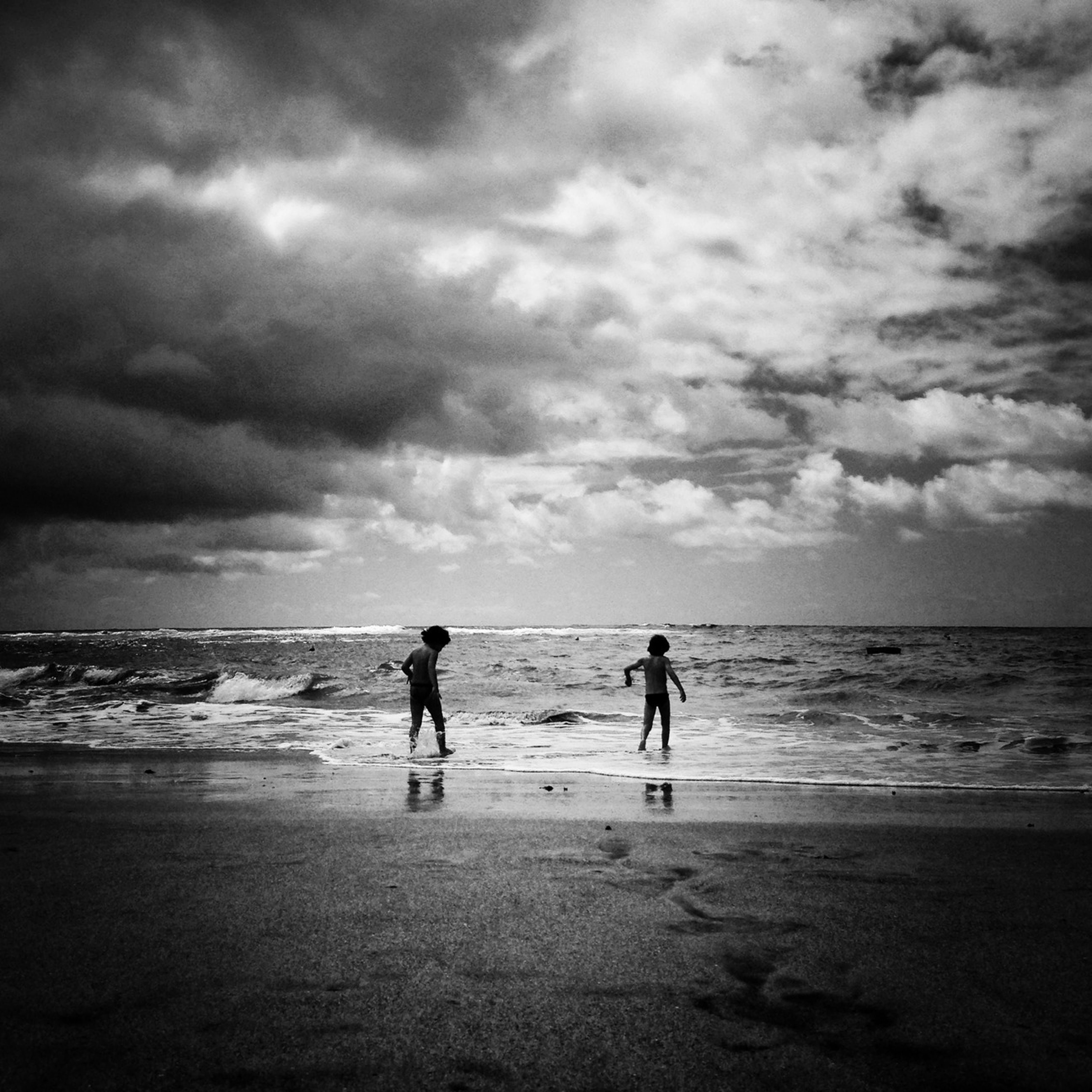 sea, beach, horizon over water, sky, water, cloud - sky, shore, leisure activity, lifestyles, cloudy, scenics, togetherness, men, vacations, beauty in nature, cloud, nature, full length, silhouette