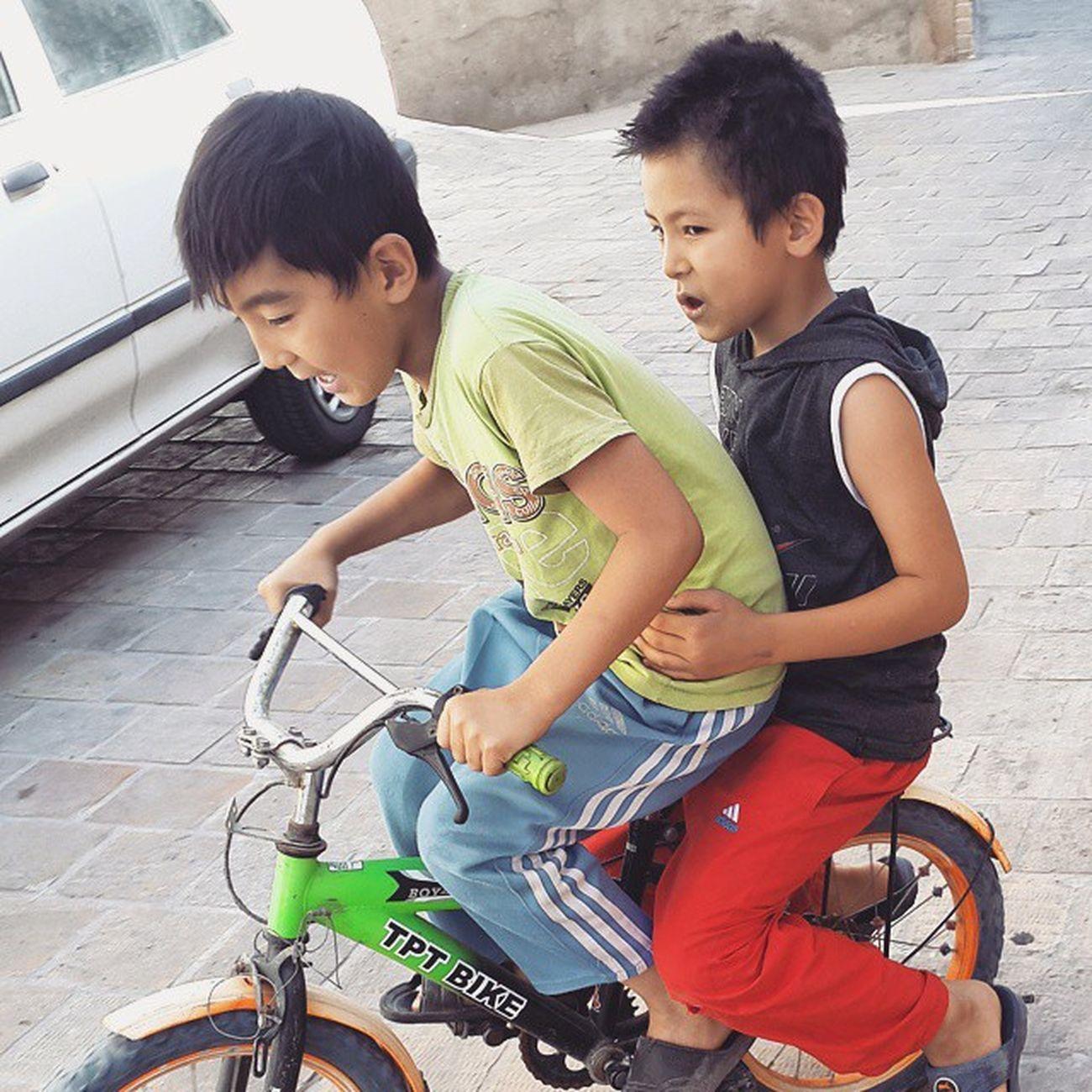 . همیشه نشستن رو ترک دوچرخه درد آور ولی نمیدونم چرا انقدر باحاله شما در کنار درد خستگی کند رفتن از بین رفتن کنترل کافی رو فرمون خیلی ببخشید، خیلی ببخشید، درد باسن باز هم حال میکنید دیگه اگه بخورید زمین که نور_علی_نور میشه . Afghan Boy Ride Bicycle Qom Iran Everydayiran Everydaymiddleeast Everydayasia Everydayeverywhere Reportagespotlight Reportage Streetphotography Dailylife Photooftheday Documentary