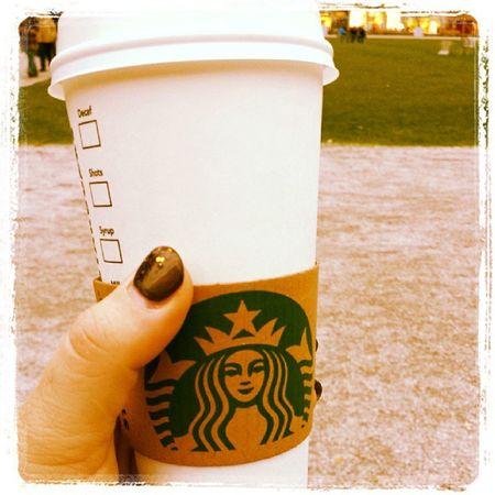 Pumpkinspicedlatte trinken Starbucks Itshalloweentoday