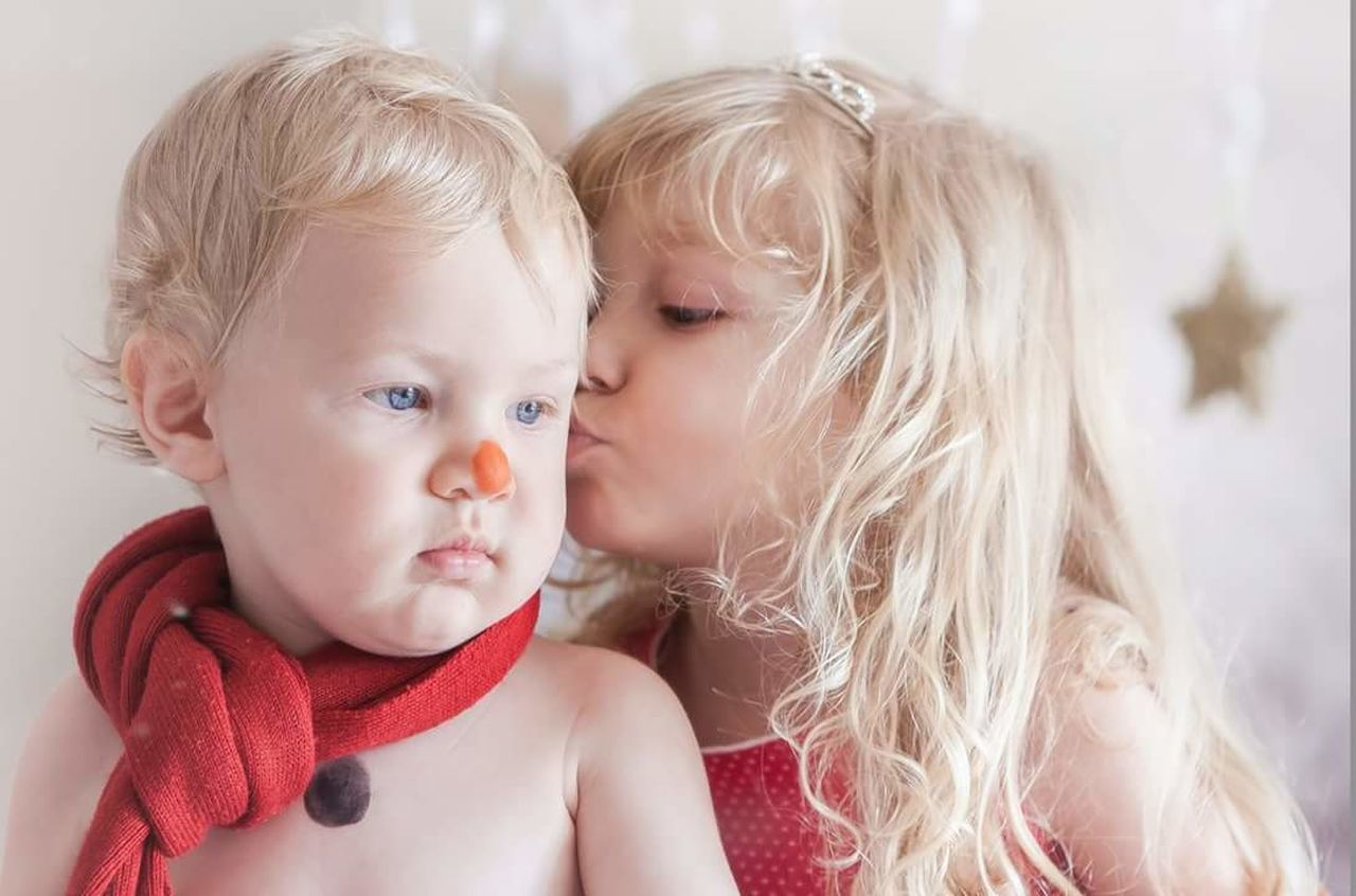 Natal beijo. Baby Child Blond Hair Cute Love Indoors  Day Portrait Close-up Natal Marry Christmas Snow ❄ Snow Snowman Kiss Kids Love Lovely Long Hair Pretty♡ Happiness Alinedeptulsky Xmas Decorations