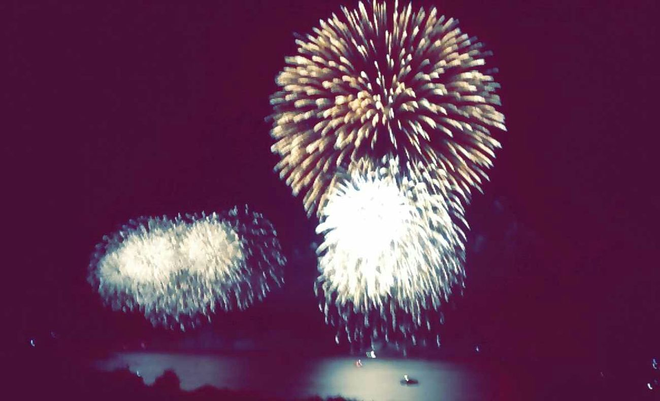 Fireworks over the lake Fireworks Harbor Fest Kindablurry:/