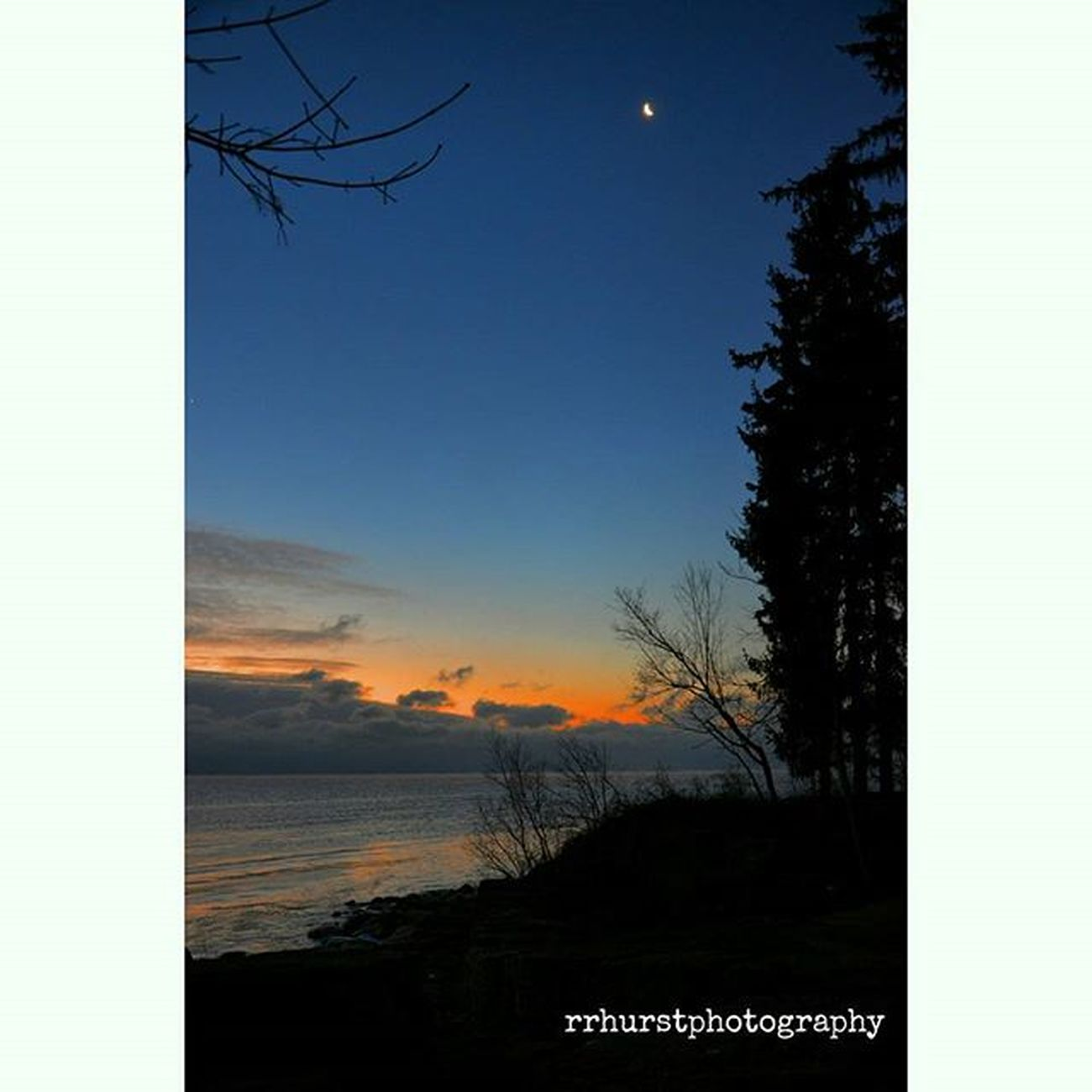 Cold but beautiful evening. @outdoorphotomag @landscapephotomag @photographymagazine Evening Crescentmoon Bluesky Orange Lakeontario  Dusk Igsunsets Water Winter Mississauga Ontario Getoutside OutsideIsFree Southernontariophotographer Stillness Outdoorphotography Landscapephotography Nikonphotographers Prophotographer Nikond7000 Rrhurstphotography Artsburlington Latowphotographersguild