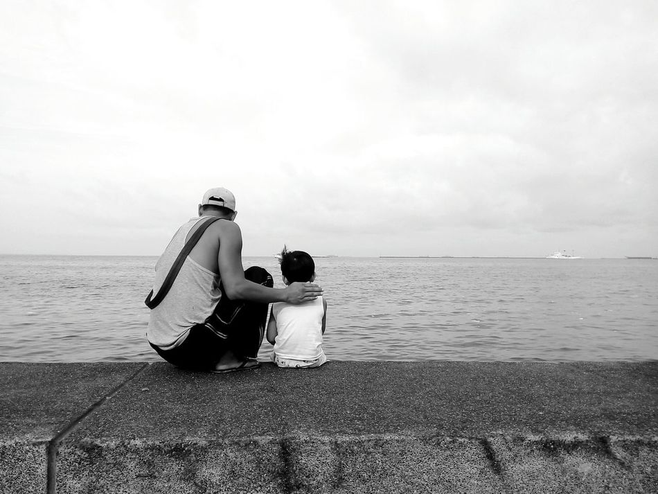 Fatherhood Moments Horizon Over Water Monochrome Black & White Rear View Sitting Solitude Urban Street Photography Eyeem Philippines Monochrome Photography Enjoy The New Normal