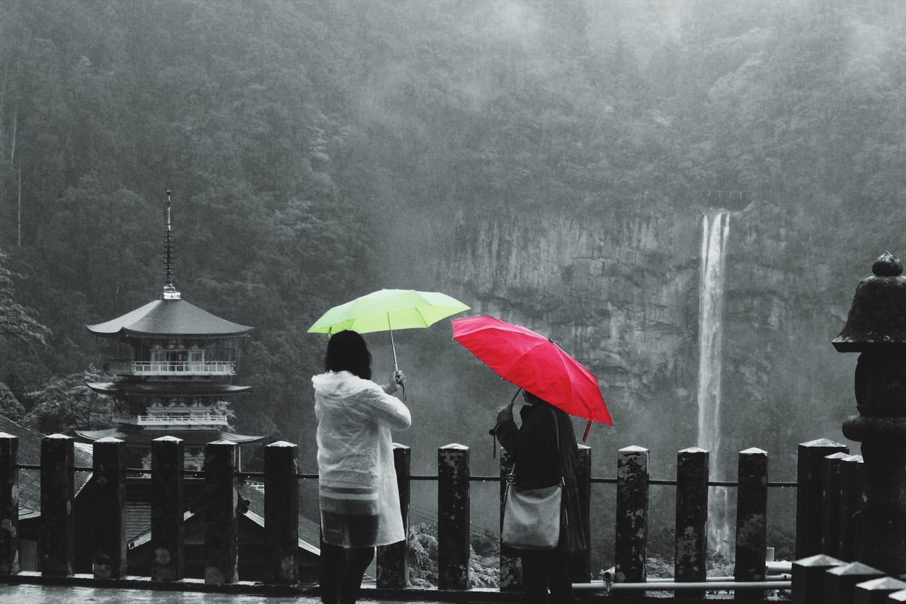 Red And Green Pretty Umbrellas Temple With Waterfall Kumanokodo Kyoto Paraguas Rojo Paraguas Verde Rainy Temple Two Is Better Than One