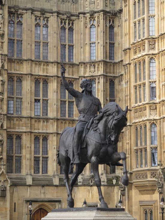 London LONDON❤ London_only Parliament House Parliament Sculpture Sculptures United Kingdom King Lionheart Canonphotography Urbanphotography No Filter, No Edit, Just Photography No Filter No Edit/no Filter The Purist (no Edit, No Filter) Richard Lionheart at Parliment houeses in London
