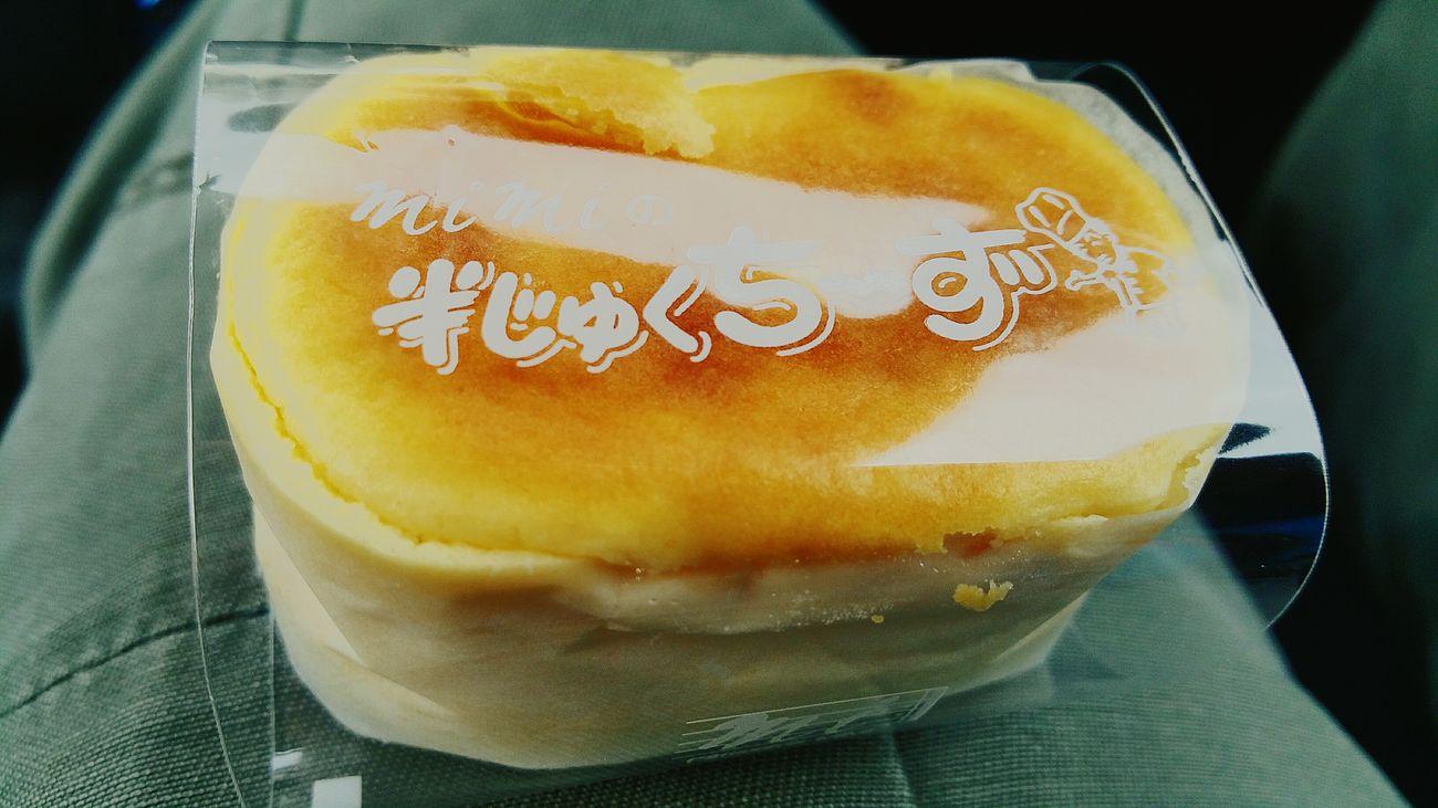 こんばんは。明日は(もう日付け変わっちゃったなぁ)急遽、栃木へ行くことになりました。写真は栃木とは全く関係ありません。先日お世話になっている会社に差し上げたケーキ、富士市にあるmimiさんの「はんじゅくちーず」です。持っていく前に、味見をひとつしました。その時の写真です。小さいながらも食べごたえがあり、変に甘過ぎず濃厚で美味しかったですよ。さて、寝ないと・・・。 富士市 Mimi Cake デザート 美味しい ケーキ はんじゅくちーず Fujicity Hello World 美味しいものは笑顔にさせる