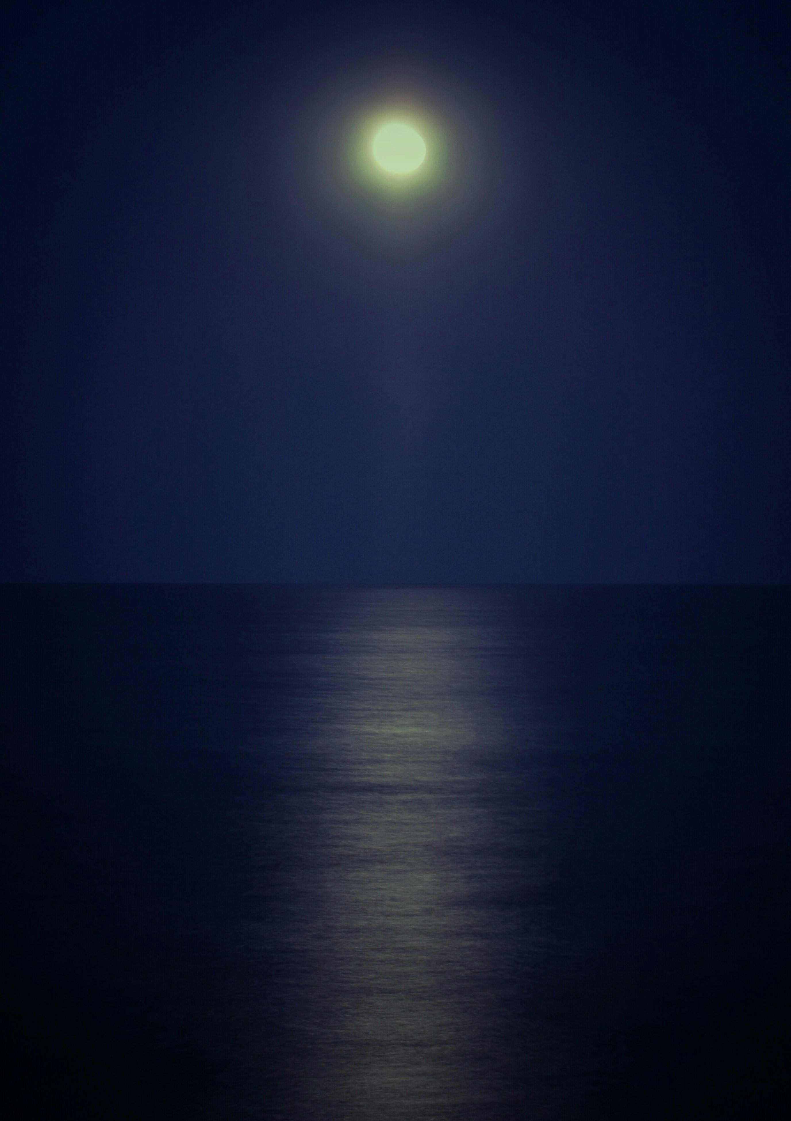 sea, tranquil scene, scenics, tranquility, horizon over water, moon, copy space, beauty in nature, water, night, clear sky, nature, idyllic, sun, sky, waterfront, dark, no people, reflection, outdoors
