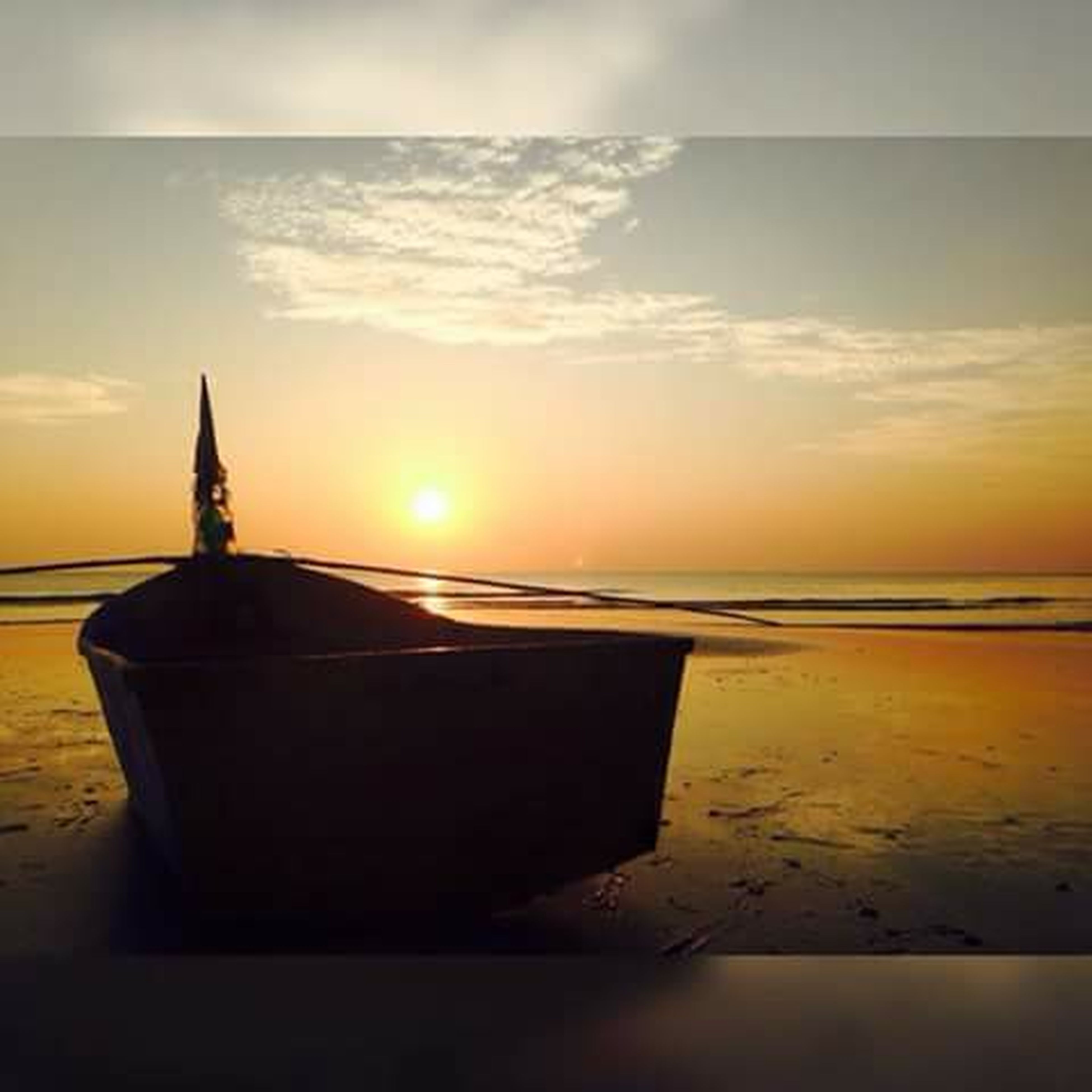 sea, horizon over water, sunset, water, beach, sky, scenics, shore, tranquil scene, tranquility, beauty in nature, nature, orange color, idyllic, cloud - sky, sun, sunlight, sand, reflection, built structure