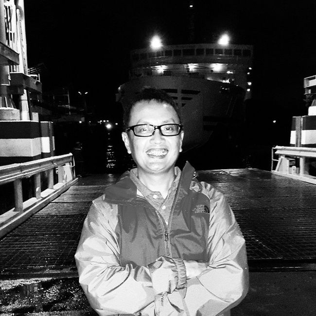 midnight smile on the front row of long queuing Sefo  Goes to lampung