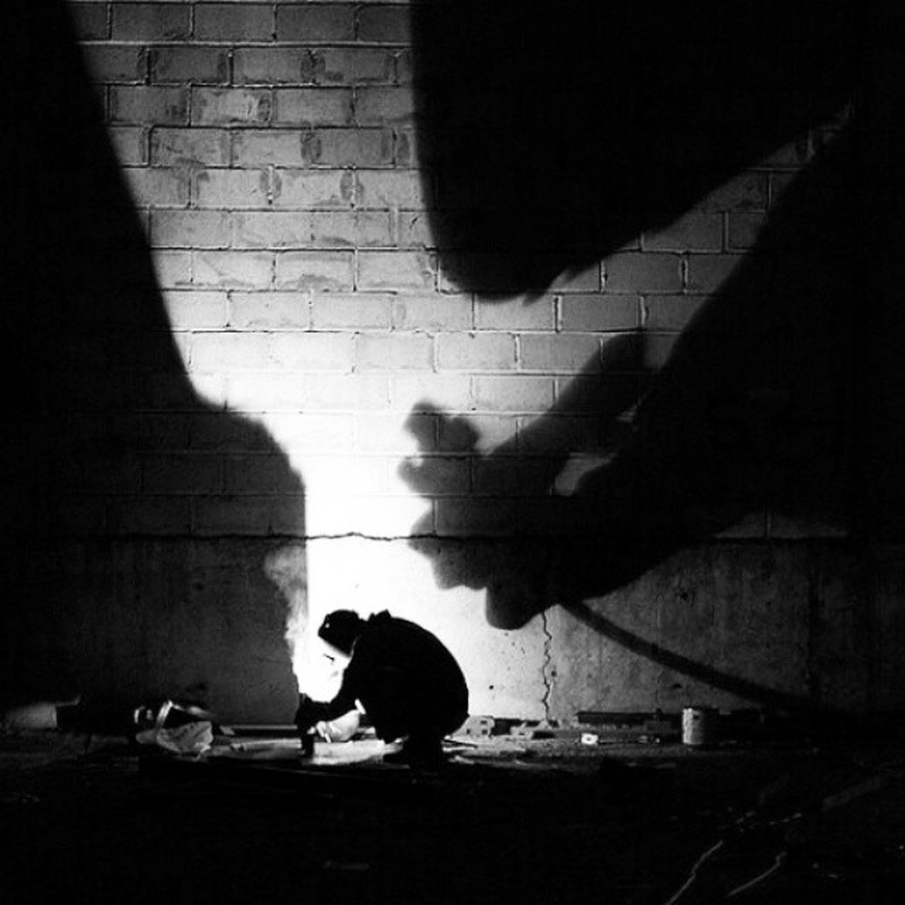 Kuwaitstreetphotographer Kuwaitstreetphotography Menatwork Ordinarypeople Peopleinthestreet Everydaypeople Shadowplay looming shadow by Cy Mercado on Flickr. Just follow this link to see and comment on this photo: https://flic.kr/p/cngicL