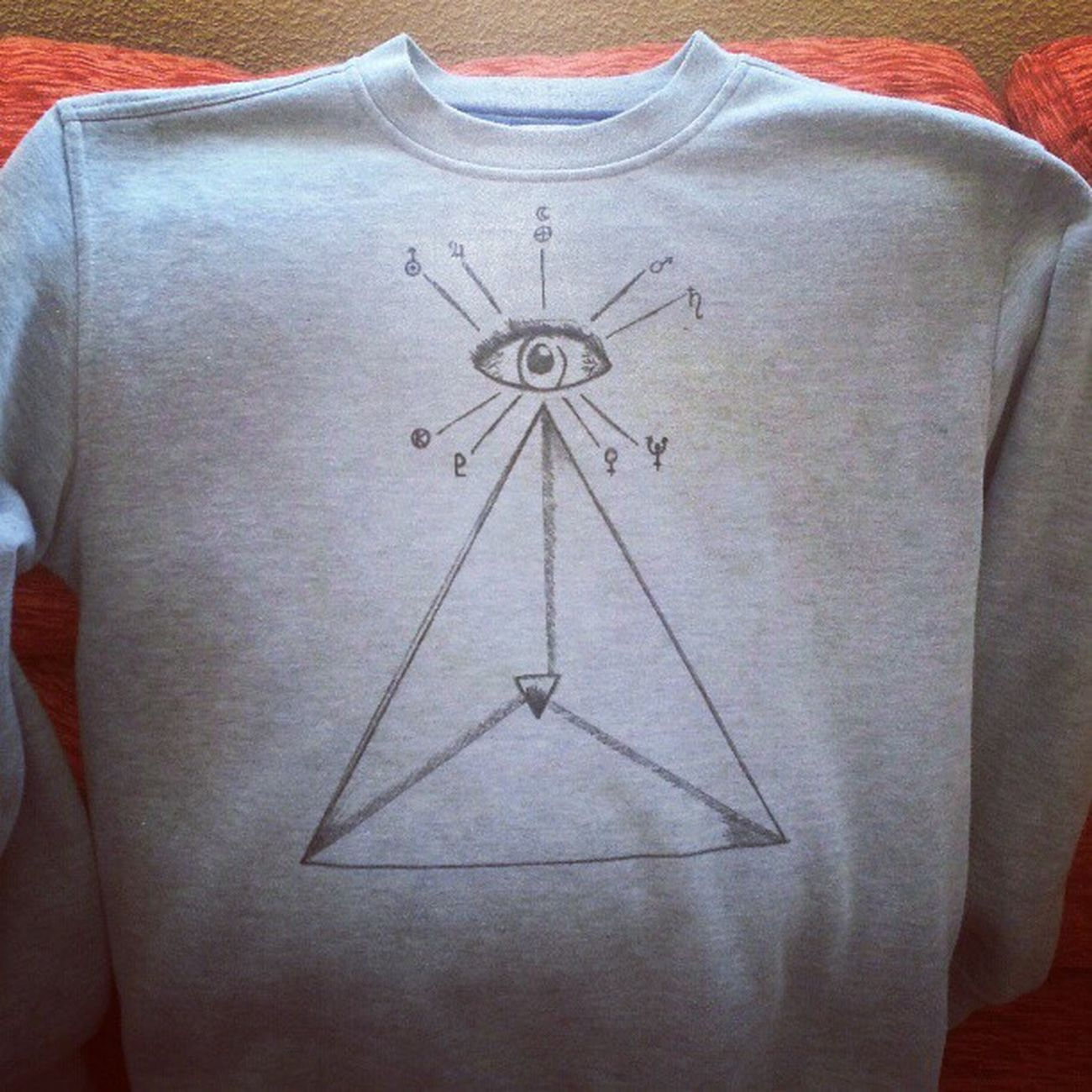 No era nueva, pero ahora lo es. #handmade #diy Igers Instagood Triangle Campamentokrustydiy Eye Clothes Illustration Design Madrid Handmade Craft Photooftheday Astronomy Shirt DIY Planets Igersmadrid