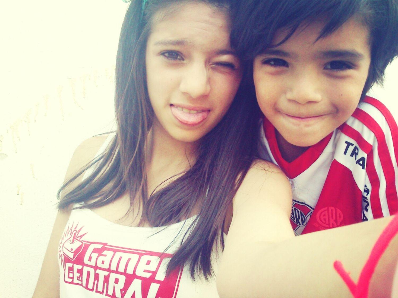 acá con mi hermano*-*
