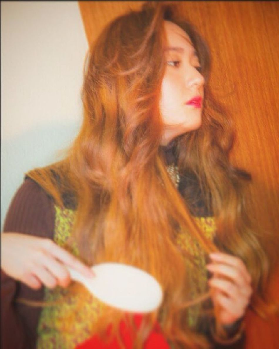 Queen of aesthetic, Krystal Jung. Long Hair Young Women Beauty Facial Expression Women Who Inspire You Jung Soojung FX Krystal Fx Krystal Jung Hello World Keds Inspirations Taking Photos