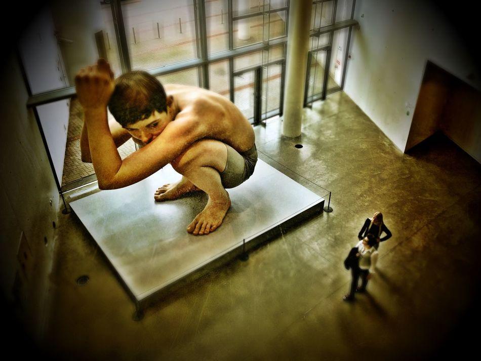 Exhibition Museum Of Modern Art Sculpture Giant Enjoying The Sights