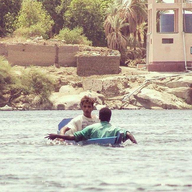 In Navigazione sul Nilo in Egitto si possono incontrare ragazzini che attraversano le acque del Fiume su imbarcazioni precarie improvvisate. Si avvicinano per cantare canzoni in varie lingue per farsi dare qualche moneta. Le guide però consigliano di non dare soldi ma piuttosto penne o caramelle. Questo per non disincentivare l'istruzione . africa piramidi assuan aswan crociera vacanze viaggiare picoftheday instafollow beautiful travel