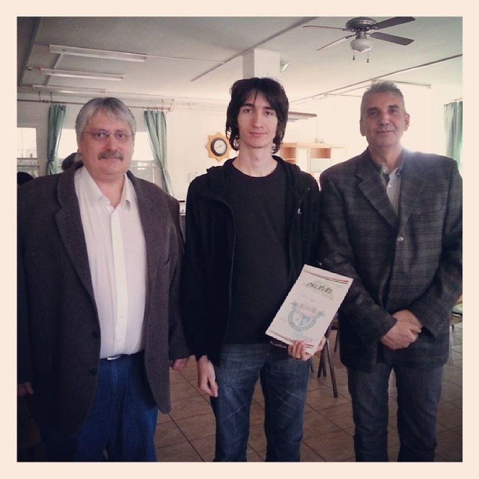 Az első helyezett a szervezőkkel. Dr. Papp Kornél, Peterdi Tamás, Králik Dénes Ig Ighun Hungary Informatics Competition Winner Halasztelek Bocskay Baksay First